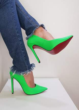 Sapato sola vermelha scarpin verde neon bico fino  salto alto 12 cm