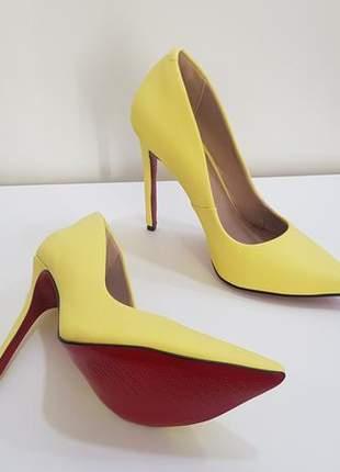 Sapato sola vermelha scarpin amarelo fosco bico fino  salto alto 12 cm