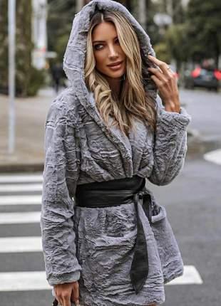 Casaco de inverno peludo cinza com capuz
