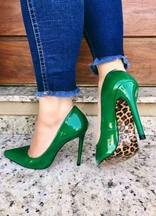 Scarpin verniz verde salto 11cm