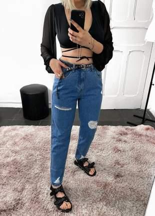 Calça mom jeans com rasgos
