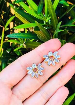 Brinco flor cravejada de zircônias