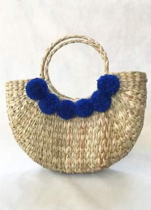 Bolsa de palha meia lua pompom azul bic