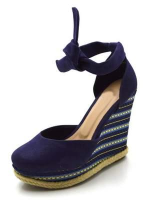 Sandália anabela com laço em camurçado azul marinho