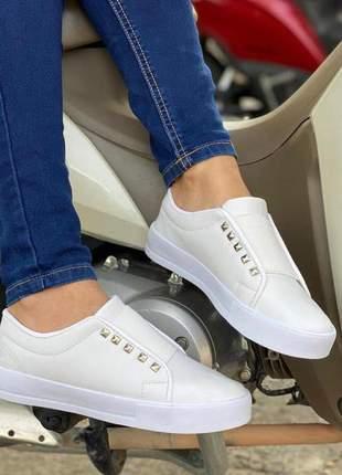 Tênis branco com elástico confortável e casual