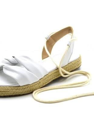 Sandália rasteira napa branca amarrar na perna corda