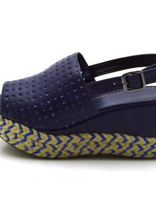 Sandália anabela perfurada salto médio em napa azul flat form corda