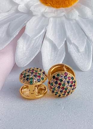 Argola redonda maior cravejada de pequenas zircônias coloridas banhado a ouro