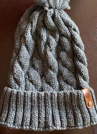 Touca tricot com tranças e pompom
