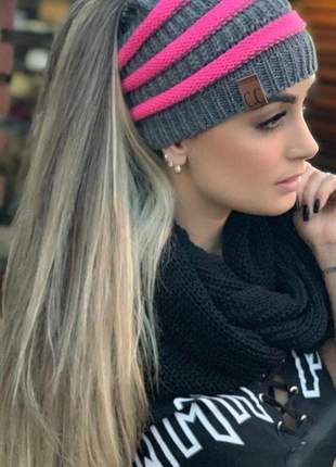 Touca tricot cinza com listras com abertura para passar o cabelo