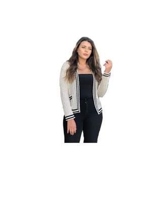 Casaqueto off white com detalhes em preto e bolso