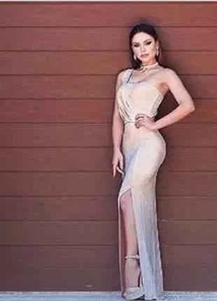 Vestido longo com brilho e fenda lateral, composto por body.