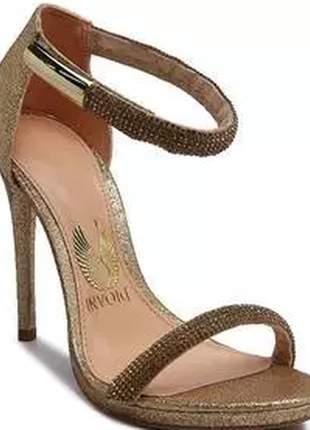 Sandalia de salto fino com muito brilho e strass.