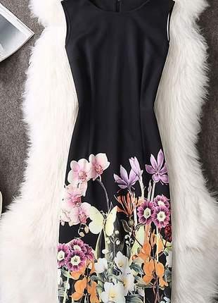 Vestido preto com flores na saia