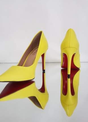 Sapato amarelo neon scarpin bico fino com sola vermelha e salto alto 10 cm