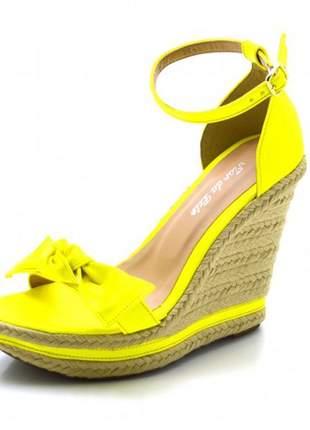 Sandália anabela salto alto com laço em napa neon amarelo