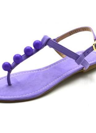 Sandália rasteira com tira reta e bolas em camurçado roxo