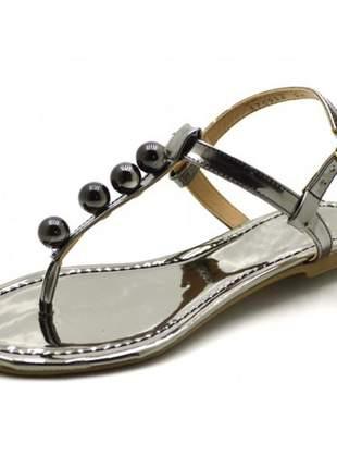 Sandália rasteira com tira reta e bolas em napa verniz ônix
