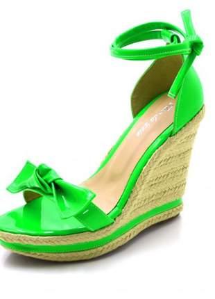 Sandália anabela salto alto com laço em napa neon verde limao
