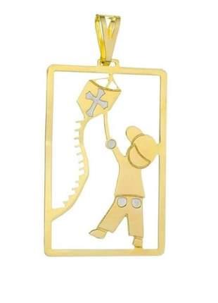 Pingente menino soltando pipa banhado a ouro
