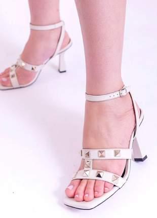 Sandália glendale com aplicação de spike em couro