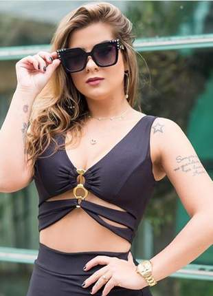 Top cropped preto liso decotado