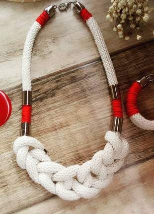 Conjunto lindo de colar e pulseira em algodão cru e detalhes em vermelho