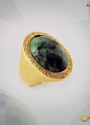 Anel com pedra esmeralda com cristais de zircônias folheado a ouro 18k