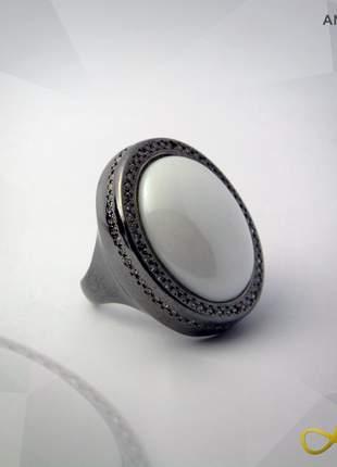 Anel dolomita branca cabochão metalizado folheado a ródio negro