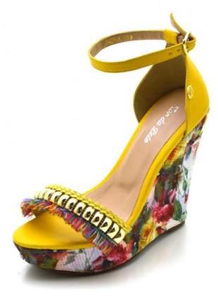 Sandália anabela salto alto em napa amarela com franjas