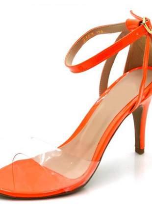 Sandália salto alto com alça e fivela em napa verniz laranja neon