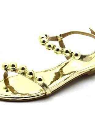 Sandália rasteira com com esferas em napa verniz dourado