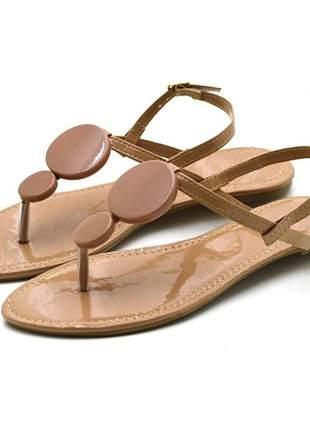 Sandália rasteira com enfeites em napa verniz nude