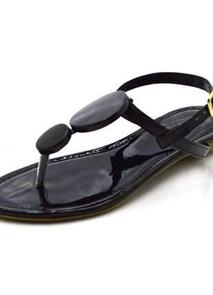 Sandália rasteira com enfeites em napa verniz preto