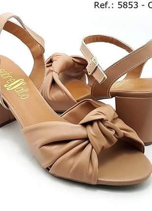 Sandália salto médio grosso sobressalto nude couro