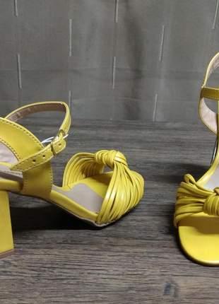 Sandália feminina em sintético.