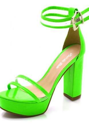 Sandália plataforma salto alto em napa verniz verde neon