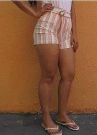 Shorts com elástico e fivela.
