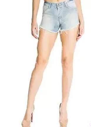 Shorts jeans com detalhes em relevo.