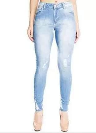 Jeans skinny detalhe próximo a barra desfiado, com ótima lavagem e caimento ideal.