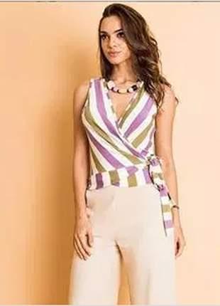 Blusa transpassada multi cores com amarração lateral. leve e despojada para o verão.