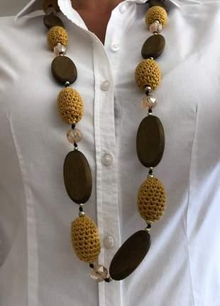 Colar longo com madeira, cristais e crochet