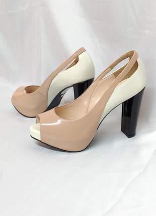 Sapato peep toe meia pata
