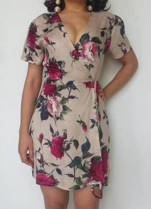 Vestido envelope floral curto