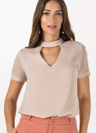 Blusa choker decote v e tela nas costas