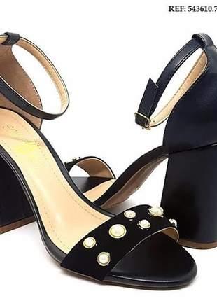 Sandália  sobressalto com perolas salto grosso preta