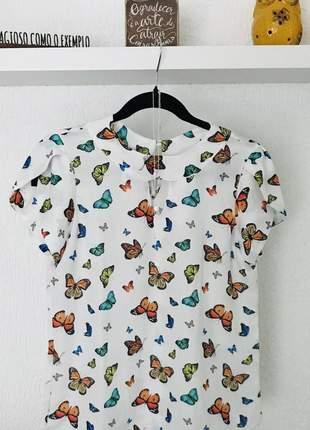 Blusa em crepe com estampa de borboleta