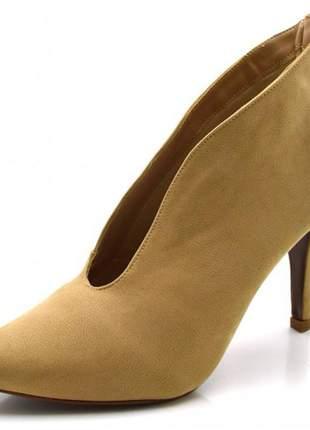 Sapato scarpin fechado salto alto fino em nobucado nude