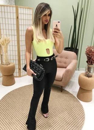 Body amarelo neon com pequena abertura