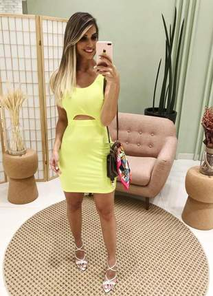 Vestido neon com pequena abertura